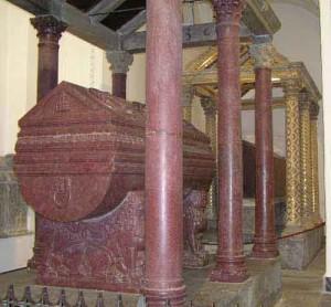 Tumba do Rei Guilherme II construído com mármore Porfiro.