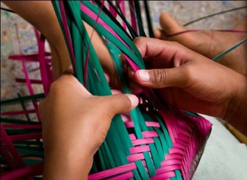 Vamos fazer um trançado com papelão e fios de lã?